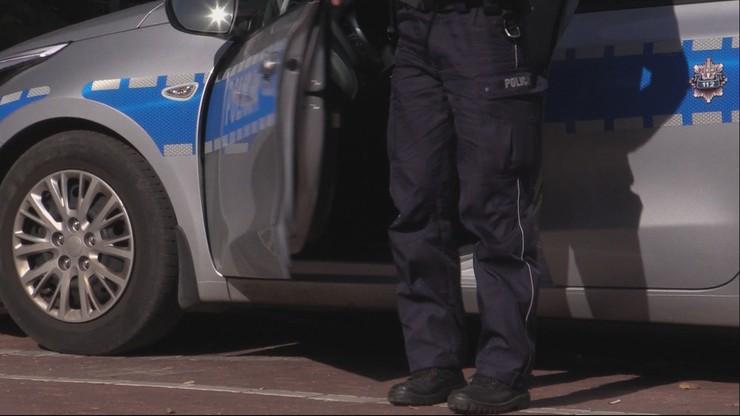 25-latek próbował potrącić policjantów. Padły 24 strzały