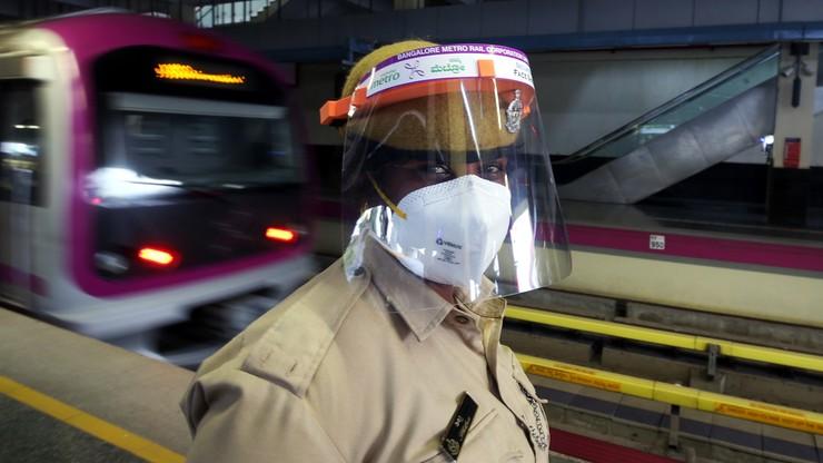 Maski z zaworami i przyłbice niewystarczające? Naukowcy alarmują