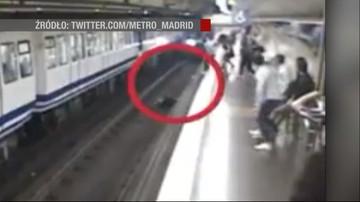Zapatrzona w smartfona wpadła na tory w metrze