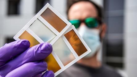 Inteligentne okna przyszłości przyciemniają się i stają się komórkami słonecznymi