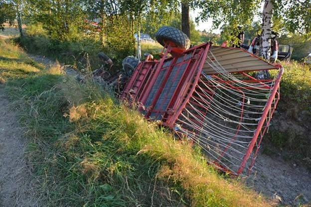 49-latek kosił trawę na bardzo stromej łące. Zginął, gdy ciągnik przewrócił się i go przygniótł