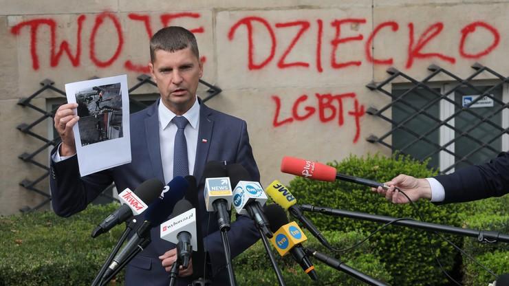 """Napis """"twoje dziecko LGBT+"""" na budynku MEN. Minister: grupa idiotów"""