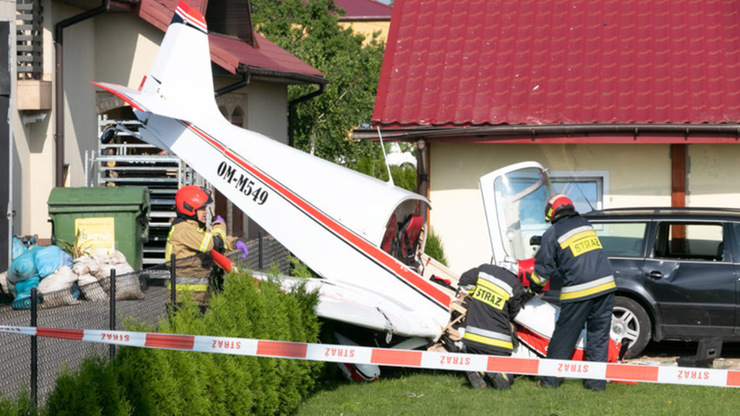 Awaryjne lądowanie samolotu. Uderzył w garaż i uszkodził samochód