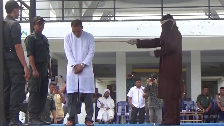 Indonezja: zwolennik kary chłosty sam został wychłostany. Za romans z mężatką