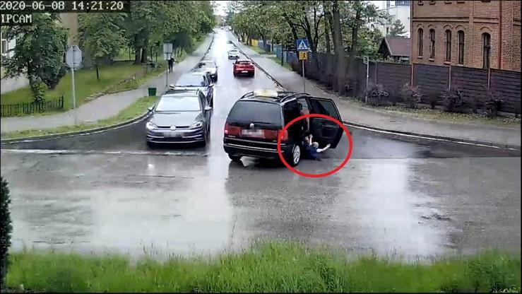 Czterolatek wypadł z jadącego samochodu. Mogło dojść do tragedii