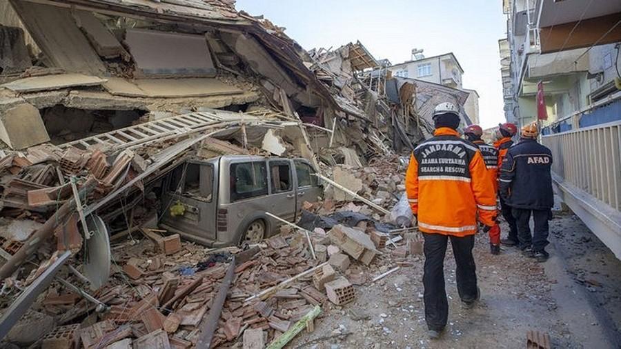 Zniszczony budynek po trzęsieniu ziemi w Turcji. Fot. Haber Turk.