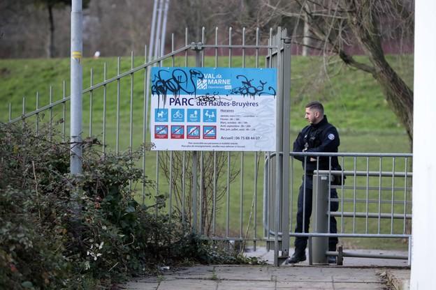 Francuska policja skierowała do parku specjalną jednostkę, która sprawdza, czy nie zostały w nim rozmieszczone materiały wybuchowe.