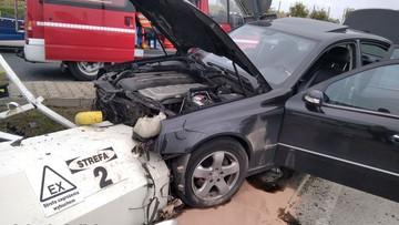Mercedesem wjechał w stację paliw. Wysiadł z butelką w ręce [WIDEO]
