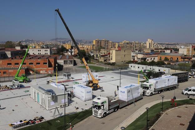 Montaż szpitala zakaźnego w Neapolu z modułowych konstrukcji