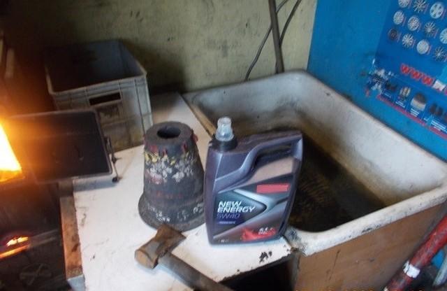 W piecu, którym ogrzewane jest pomieszczenie warsztatowe, spalano stare opony