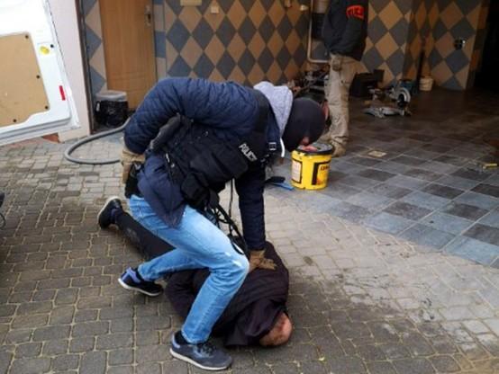 Przy pięciu mężczyznach znaleziono między innymi radiostacje, kabury, atrapy broni palnej, kajdanki oraz opaski z napisem