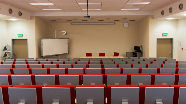Zdalne zajęcia na studiach niestacjonarnych. Co z opłatami?