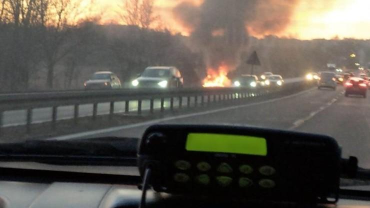 Auto płonęło, ale kierowca chciał coś wydostać z bagażnika. Wtedy nastąpiła eksplozja