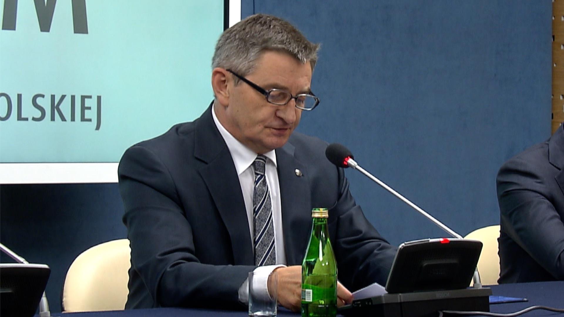 Marek Kuchciński z kartki odczytał oświadczenie w sprawie rodzinnych lotów
