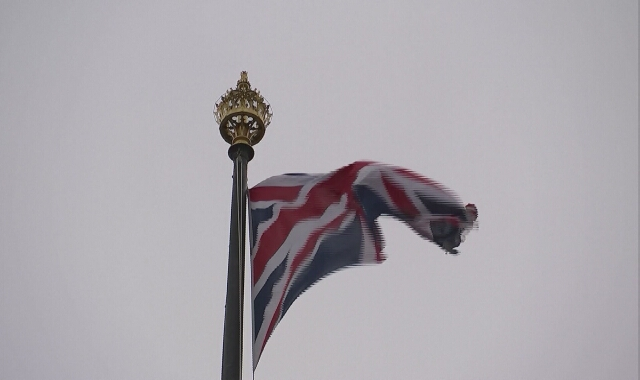 Czyszczenie pomnika W. Churchilla w Londynie po tym, jak został pomalowany sprayem