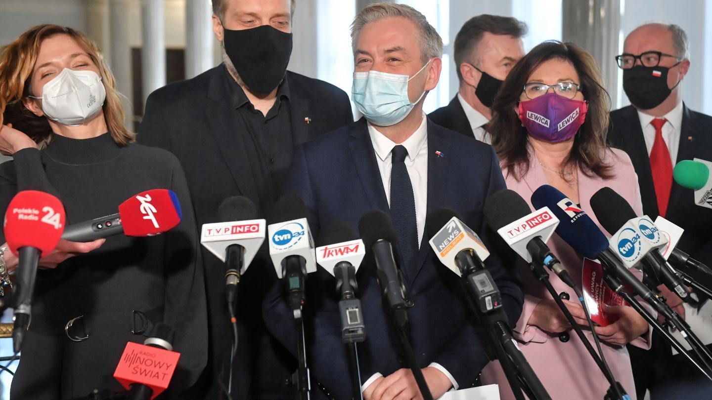 """Lewica porozumiała się z PiS w sprawie funduszu odbudowy. """"Zdradziła opozycję"""""""