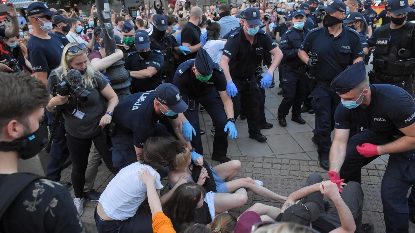 """08.08.2020   Demonstracja, przepychanki i zatrzymania. """"Mamy do czynienia z prowokacją rządzących"""""""