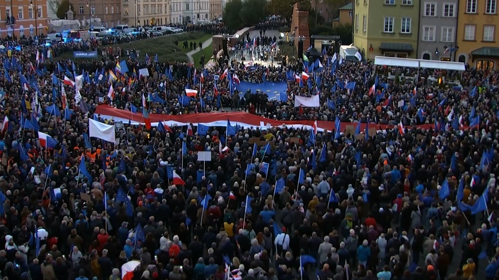 Wielotysięczna manifestacja w Warszawie. Na scenie przemawiał Donald Tusk