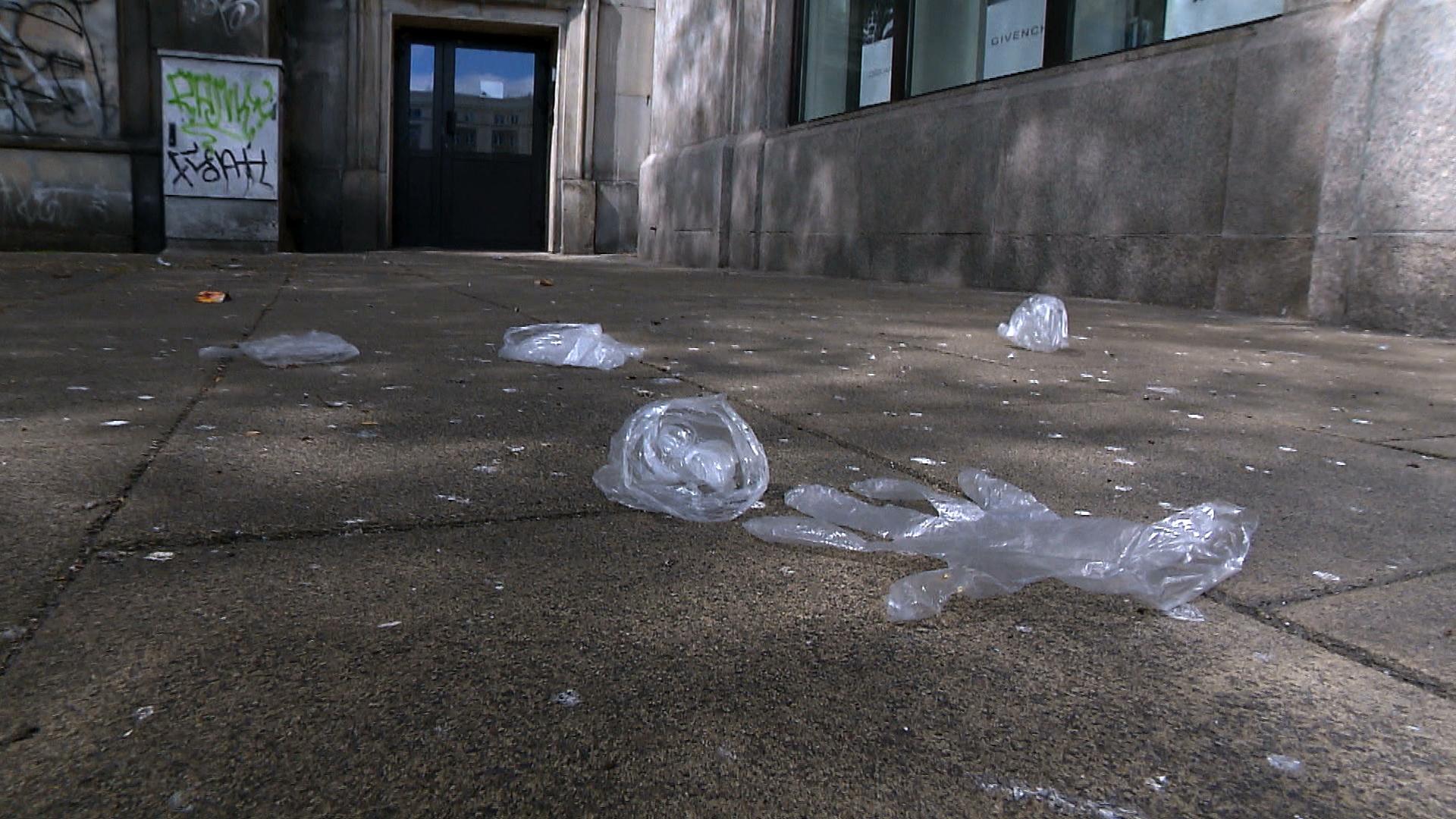 """26.04.2020   Porozrzucane rękawiczki, """"wyspy śmieci"""" z maseczek. Ekolodzy alarmują"""