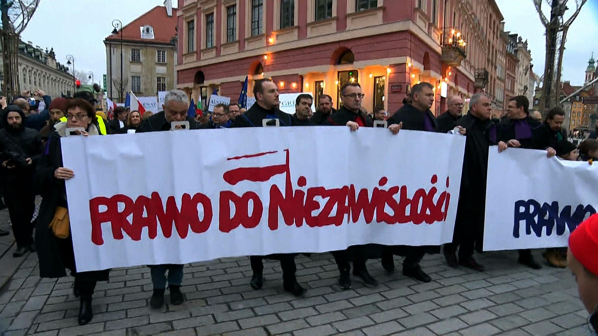 """Nie """"odejście od demokracji"""" a """"Polexit""""? Światowe media komentują sytuację w Polsce"""