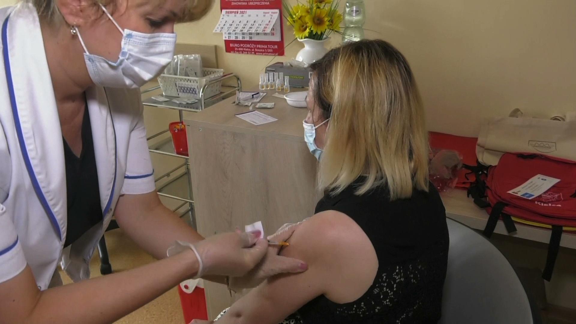 Rada Medyczna rekomenduje rządowi obowiązkowe szczepienia na COVID-19 dla medyków